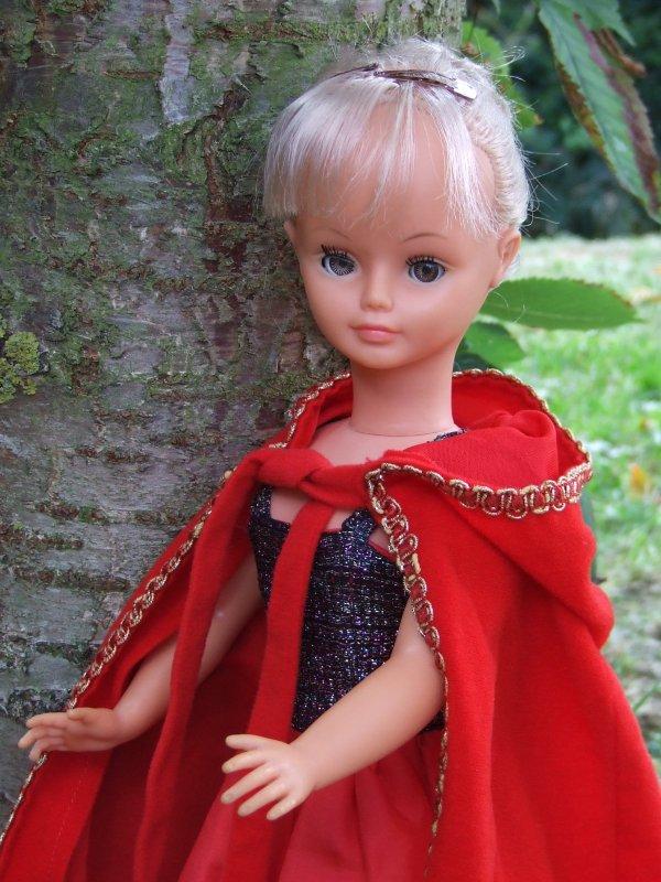 Cathie, chaperon rouge ou Milady qui attend les Mousquetaires ....