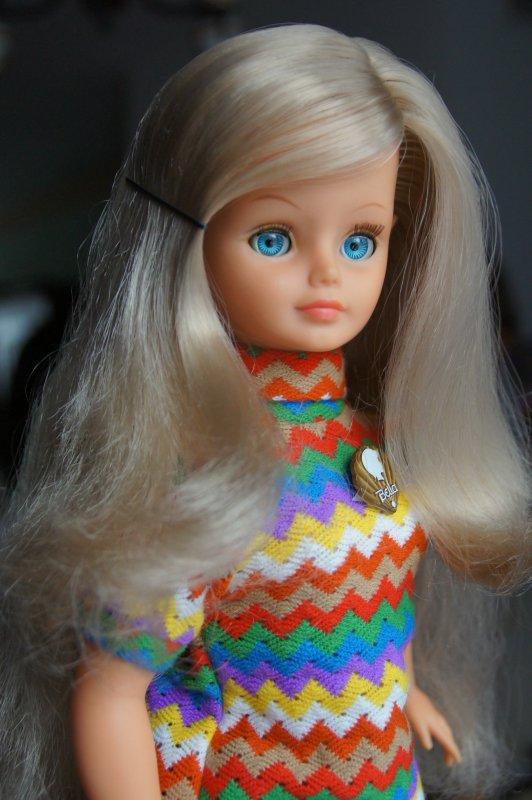 Cathie surprise en tenue de présentation 1972