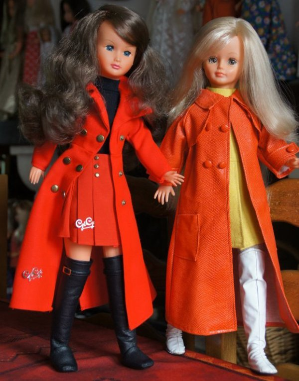 Duel tenue manteau long rouge, bottes hautes.... Dolly v/s Cathie