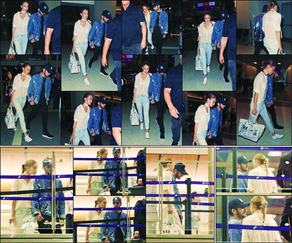 . 12/08/2016: La belle Gigi Hadid a été photographiée avec son boyfriend Zayn Malik à l'aéroport de Lax !       Gigi Hadid & Zayn Malik ne se lâchent plus ! Ils sont arrivés hier à Los Angeles et en ont profité pour faire des photos avec des fans ! Gros top ... .