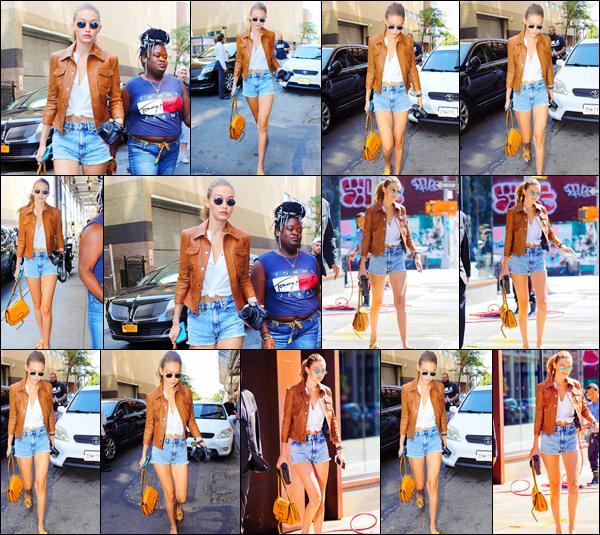 . 04/09/2016: La sublime blonde, Gigi Hadid à été photographiée seule se promenant dans les rues de New York !       Gigi H. à été aperçue se promenant dans les rues de New York, mais aussi rentrant dans son appartement. Toujours aussi stylée, elle y était sublime ! .