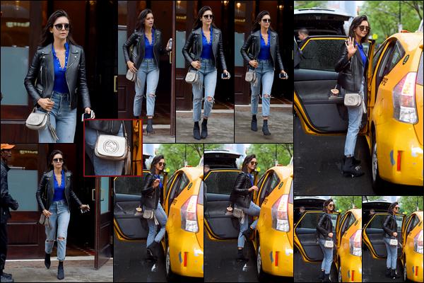 . .16/05/18.─Ninaa été photographiée pendant qu'elle attrapait et montait dans un taxi dans les rues deNYC. Sa tenue est assez simple mais j'aime beaucoup, surtout son pantalon. On peut voir qu'elle a un sac Gucci. Un TOP pour la miss ! .