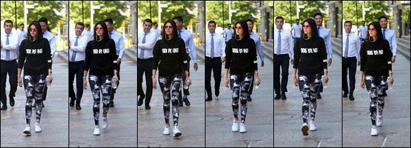 . .24/05/18.─ La sublimeNina D.a été photographiée, après une séance de sport, dans les rues deNew York. Je suis fan de ses lunettes roses, elles sont super mignonnes. Pour ce qui est du reste de la tenue, c'est assez basique. Un petit TOP. .