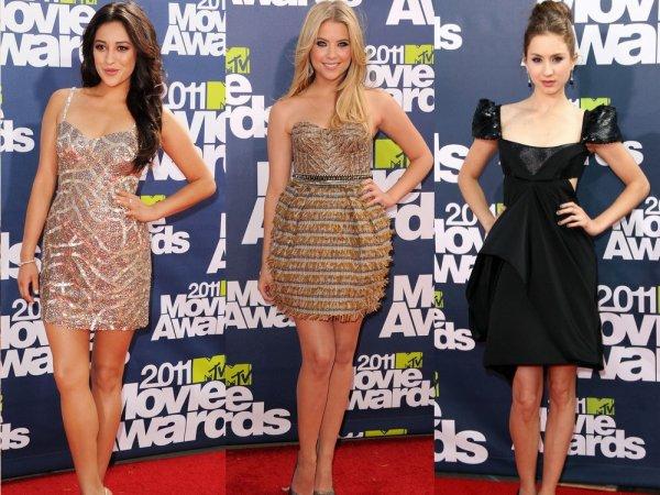 Shay Mitchell, Troian Bellisario et Ashley Benson se sont rendues hier aux 2011 MTV Movie Awards ! Elles sont toutes les trois magnifiques mais j'ai une préférence pour la robe de Shay. Je n'aime pas tellement la coiffure de Troian mais c'est un grand top pour toutes les trois!!! En revanche je n'aime vraiment pas la tenue de Selena que je trouve terne.