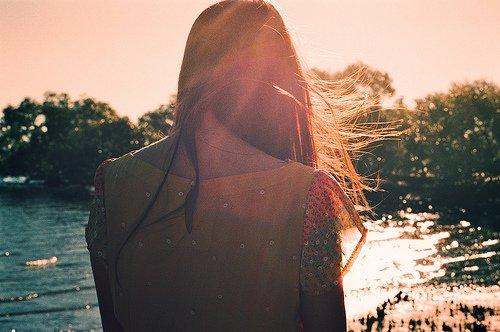 ❝ Seule dans les rues, plusieurs gouttes tombent sur mon front et la nuit me dévore sans rien murmurer ❞
