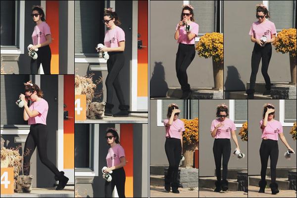 """"""" •  18/05/18    —   La ravissante Ashley Tisdale est photographiée de sortie dans les belles rues de   Los Angeles en Californie !Notre trentenaire porte une tenue assez décontractée, c'est simple mais plutot joli, je lui accorde donc un petit top !! Qu'en pensez vous ?  """""""