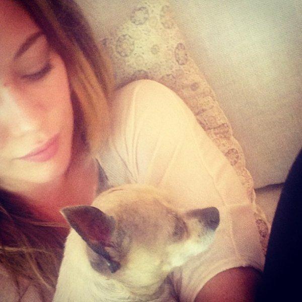 Hilary et sa petite chienne décédée de vieillesse la semaine dernière