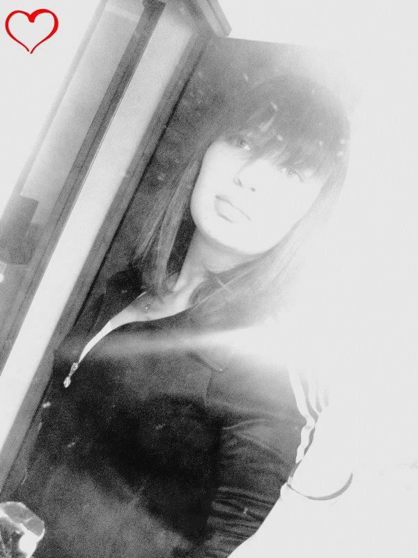 - La vie est comme un miroir , si tu lui souris , elle te renvoie ton image . ✞