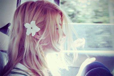 Fille avec fleur dans les cheveux.