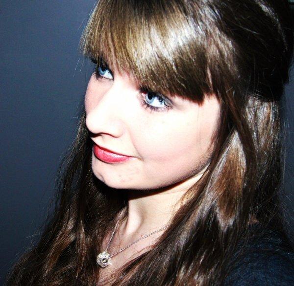 Yeux bleus, cheveux châtains, caractère spécial, y'a pas de doute c'est bien moi.