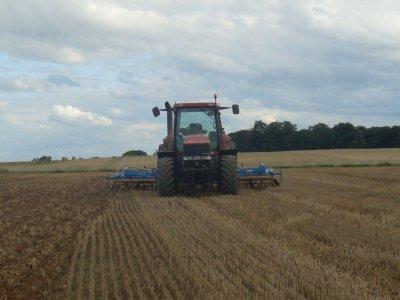 déchaumage avec le tracteur prété par agrisanterre en attandant le nv