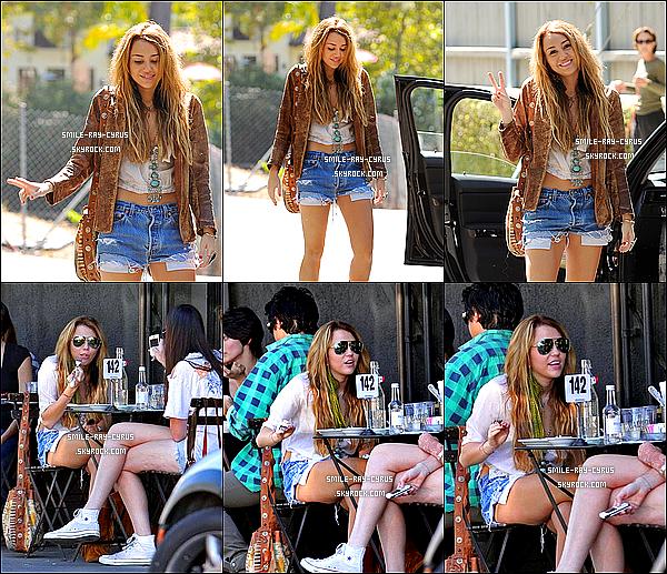 """/ 08/10/10 xMiley a passée sa matinée à Toluca Lake puis elle est allée ensuite manger le midi chez Joan's On Third.07/10/10 xLa veille, Miley s'était rendue à la grande soirée d'ouverture du restaurant """"Xandros"""" à Beverly Hills en Californie."""