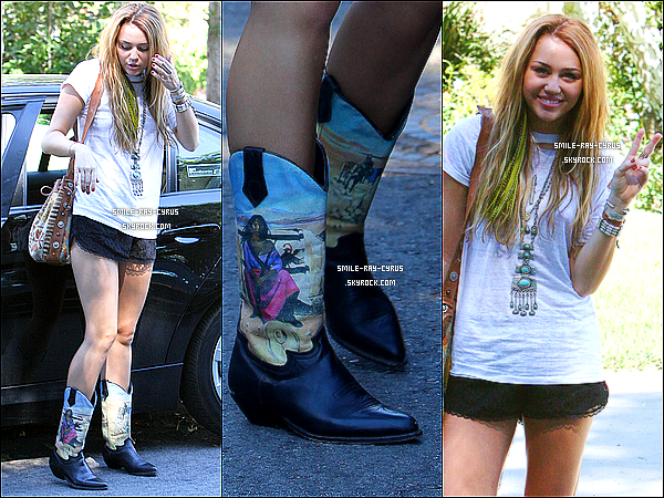 """/ 10/10/10 xHier, Miley s'est est allée rendre visite chez une amie avec sa coiffeuse dans un superbe habil  """"Western"""" Dans une récente interview, Emma Roberts a avoué bien apprécier la miss Miley et chanter Party in The USA dans sa voiture."""