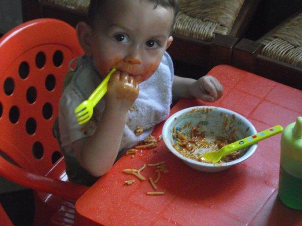 mon fils manolo ki fress ses pates a la tomate lol