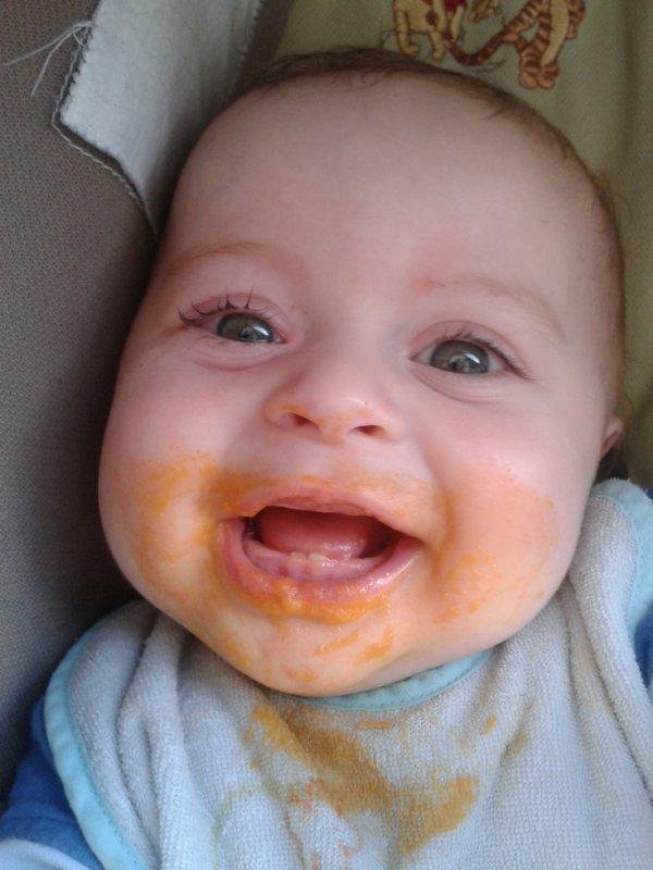 sulivan qui commence a manger les petit pots