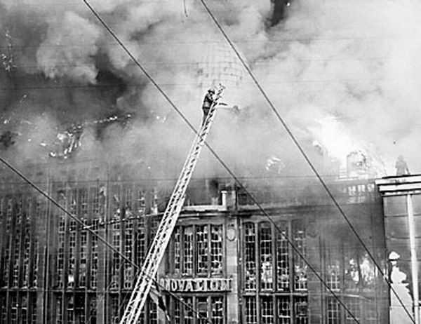 """Le cinquantenaire de l'incendie du magasin """"A l'Innovation"""" à Bruxelles, 22 mai 1967."""