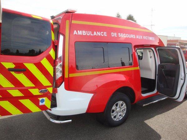 L'Ambulance sur Ford Ranger du SDIS65.