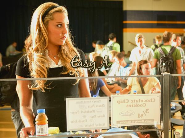 """AmandaaBynes.sky.com  Easy A __Hello Guys ! Je suis revenue x). Durant mon temps d'absence j'ai pu voir le film où notre chère Amanda joue un rôle secondaire, celui de Marianne dans Easy A. Moi perso je l'ai adoré :). Voici un petit résumé du film : Une étudiante (Emma Stone) """"accusée"""" d'avoir perdu sa virginité, se sert de la rumeur pour devenir populaire: elle se fait ainsi passer pour la """"garce"""" de sa fac. (Cliquez sur l'image pour voir la BA). Si vous voulez voir le film, demandez moi le lien, je vous le donnerai volontier ;) ___Avez-vous déjà vu le film / Aimeriez-vous le voir ? :)   AmandaaBynes.sky.com"""