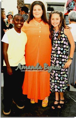 """AmandaaBynes.sky.com  4 Avril 1998 : _________________ Kid's Choice Awards à Los Angeles, Ca   __Amanda à sa première cérémonie des KCA  qui se déroulait à Los Angeles, CA. Elle est encore sont magnifique sourire aux lèvres ^^ Coté tenue : Là on peut vraiment dire que c'est la tenue de l'époque (robe longue à fleurs + """"grosse"""" paire de sandale xD). J'aime pas trop sa coiffure façon boucles anglaises :S  AmandaaBynes.sky.com"""