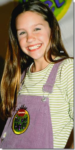 AmandaaBynes.sky.com  6 Septembre 1998 : _________________ Nickelodeon : The Big Help à Los Angeles, CA  __Amy à sa deusième cérémonie de Nickalodeon  qui se déroulait à Los Angeles, CA. Peu de sorties depuis sa première apparence publique mais Amanda est toujours autant souriante. Coté tenue : Au Mon Dieu ! Quelle horreur cette salopette violette ! xD.   AmandaaBynes.sky.com