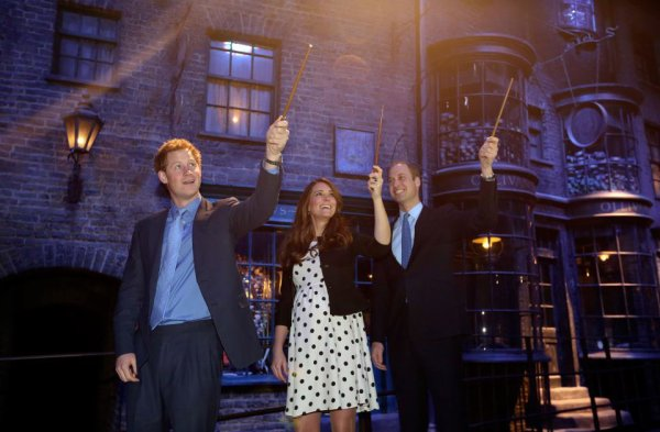 Le Duc et la Duchesse de Cambridge et le Prince de Galles au Studio Harry Potter