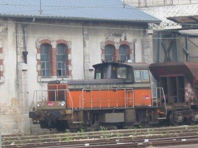 Un Y8000, avec sa rame de tremis, en gare de Chateauroux .