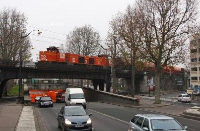 Un train Colas-Rail, sur la petite ceinture avec sa rame de tremis, au niveau de la porte de la villette !
