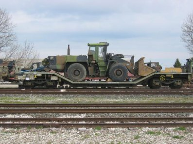 Meme buldozer, sur un wagon surbaissé .