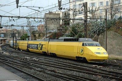 Un TGV postal, sortant de gare !
