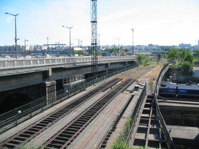 La petite ceinture, enjambe les voies SNCF, et poursuit son chemin vers le sud de paris !