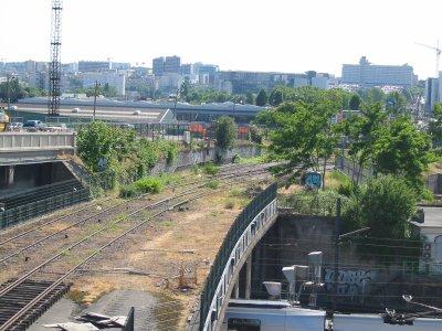 Ici la P.C, enjambe les voies de la SNCF, suivit du raccordement entre Paris-lyon, et la petite ceinture !!