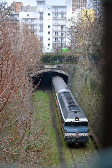Le train spécial du 18 janvier 2012 dans la tranchée de la rue Liard. Après avoir quitté le parc Montsouris, le train s'engouffre dans le tunnel de la rue de l'Amiral Mouchez pour rejoindre la place de Rungis, locomotive en queue de train