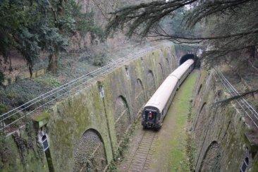 Le train spécial du 18 janvier 2012 dans la tranchée du parc Montsouris. La locomotive, qui pousse les voitures, est encore dans le tunnel de Montsouris