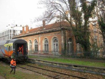 Le train spécial du 18 janvier 2012 entre en gare de Vaugirard, à proximité de la porte de Versailles. Le train entre en gare en provenance de la station Pont du Garigliano (anciennement Boulevard Victor) du RER C. Il passe devant la salle d'attente de l'ancien bâtiment des voyageurs.