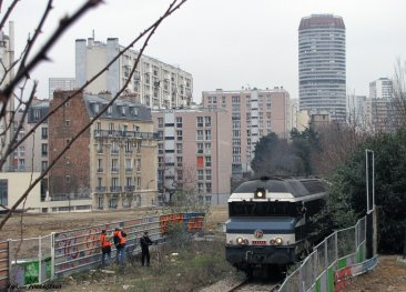 Ici le train au niveau de la place de Rungis