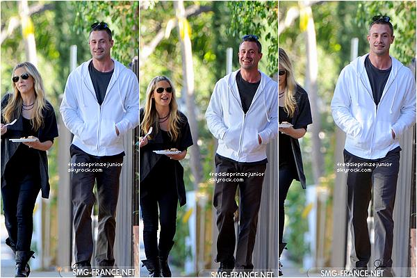 18/11/2012 - Le bel acteur à fait une apparition avec sa femme, Sarah Michelle vers l'école de leur fille Charlotte Grace.