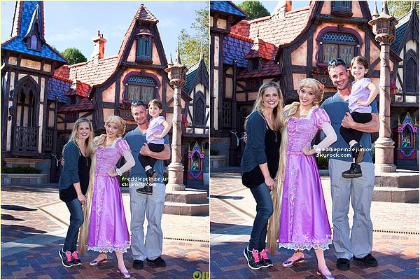 06/03/2013 - Freddie Prinze Junior et Sarah Michelle Gellar ont emmené leur fille, Charlotte-Grace à Disneyland.