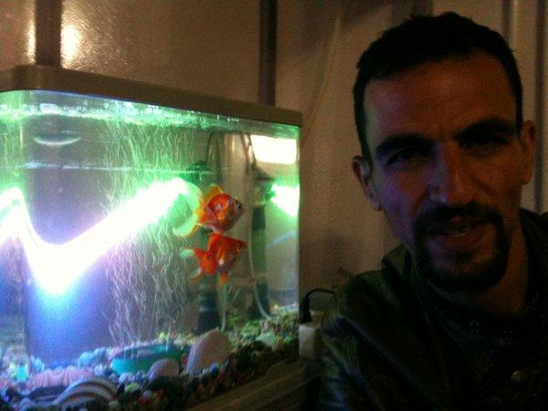 khai et le poisson au niveau de mon pouce . involontaire .
