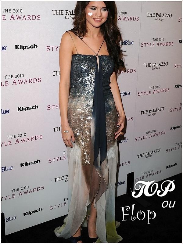 """- Tu connais """"Barbie Mermedia"""" ? ~ Et bah en voilà une ! Mais en brune ... Hier donc le 12 Decembre 2010, une sirène s'est echouée, où ? A Hollywood (temps qu'on y est) ! *Petit moment de silence parmis l'assemblée ... bon aller j'arrete !* Vous l'avez tous reconnu, c'est c'est .... Selena ! Bon aller sérieusement ! Notre ange tout droit venue du monde Disney était présente à l'évenement « Hollywood Style Awards ».  Elle portait une robe *on l'avait vu merci!* façon """"écailles"""" avec un beau dégradés de couleurs marine et sable. Passons au maquillage ! HIHI I love make-up ^.^ ! Donc revenons à nos moutons, je disais donc que ce maquillage était *comment déjà? aaah oui!* magnifique et vraiment splendide ! Selena avait simplement mis ses beaux cheveux détachés ce qui nous a donné un TOP ! Et vous mes chères pains d'épices vous qui etes presents, vous aimez le poisson ou vous en avez hooooreur ?!  -"""