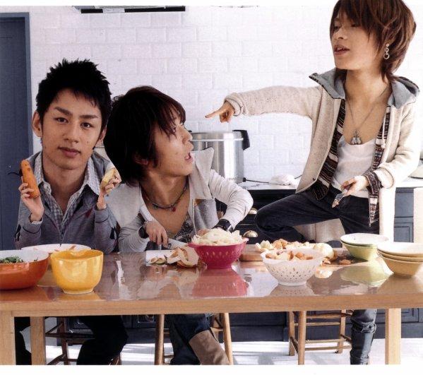 """Lire de droite a gauche~ . Tatsuya : Toi là, j'vais t'éplucher les couilles !! Kazuya : Aaaaaaah, Maji De O_Ô"""" !? Yuichi : Ladies & ... Ladies ! GOD Carotte ou Pomme de Terre 8D ? . Hm... To be Continued =D"""