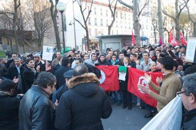Les français d'origine tunisienne suivent la marche pour soutenir leur pays.