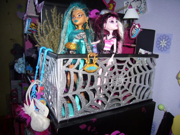 maison monster high details balcon creation de meuble pour monster high. Black Bedroom Furniture Sets. Home Design Ideas