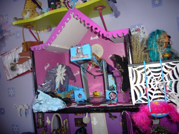 maison monster high vue d ensemble grenier balcon creation de meuble pour monster high. Black Bedroom Furniture Sets. Home Design Ideas