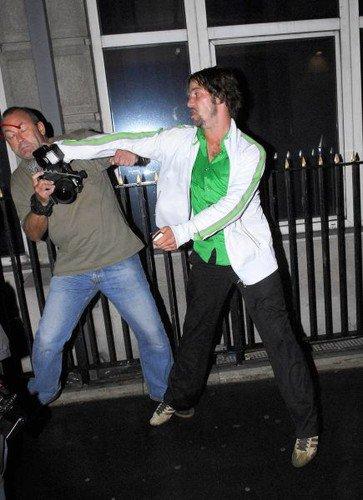 Jamiroquai en pleine bagarre avec un paparazzi à Londres le 11 septembre 2006