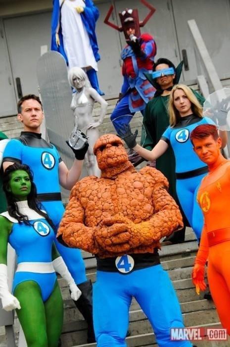 Cosplay de l'Homme Chose, la Torche Humaine, la Femme Invisible, Miss Hulk, Mr. Fantastic, l'Homme Taupe, le Surfeur d'Argent, Galactus et le Gardien