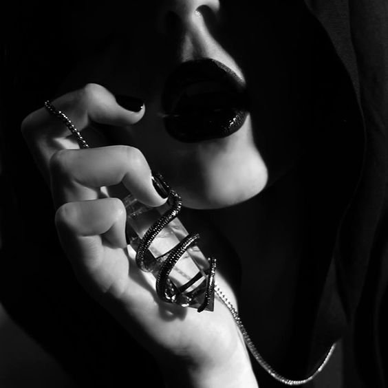 Ne me susurre pas des mots d'amour, Pour en lancer à d'autres où tu t'en mordras les doigts....