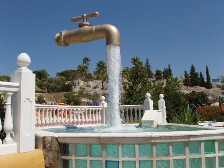 Le robinet géant Situé à l'aqualand de Port de Santa María en Espagne.