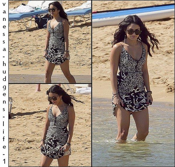 20.01.12: Vanessa marchant sur une plage d'Hawaï.