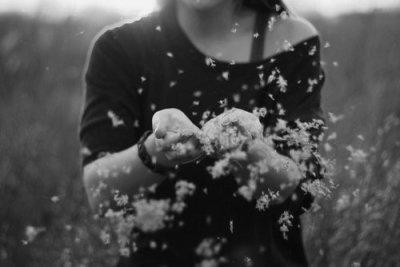 On oublie pas, c'est impossible mais parfois la vie se charge de nous faire mal, de nous rappeler que se souvenir est parfois inutile.