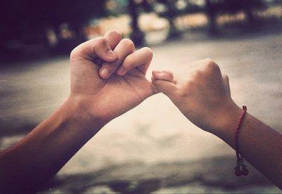 « L'amitié ne consiste pas seulement à voir les mêmes personnesrégulièrement. C'est un engagement, une promesse, de la confiance.C'est être capable de se réjouir du bonheur de l'autre »